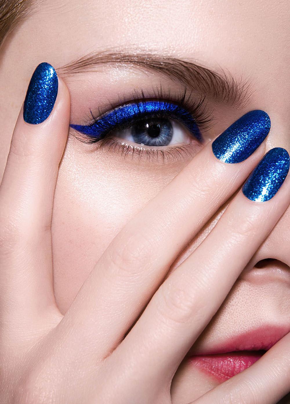 manichiura albastra asortata cu culoarea ochilor
